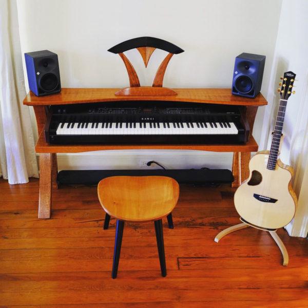 Sonus Keyboard Table with Guitar